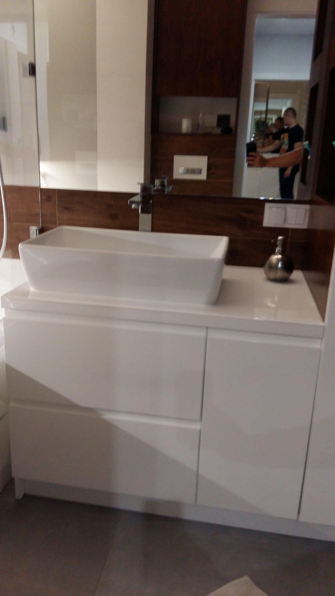 Meble łazienkowe biały połysk połączony z fornirem.