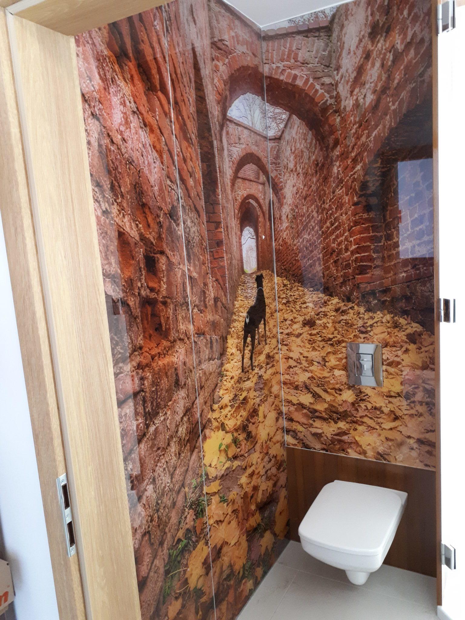 Zbudowa kabiny prysznicowej drewnem.